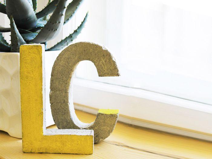 In dieser Anleitung von supercraft zeigen wir Dir, wie Du Buchstaben aus Beton gießen kannst. So kannst Du ein tolles Wohnaccessoire selber machen!