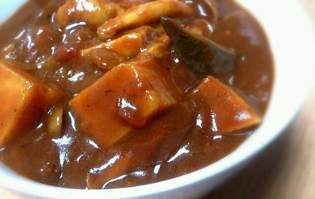 必須のLEEX20の固形ルーを使って激辛に♪ ハバネロや唐辛子でコトコトじっくりぃ。。   汗吹き出しな一品。  ズッキーニ  しめじ  筍  大豆  トマト  鶏肉  たまねぎ。 - 21件のもぐもぐ - 夏野菜の激辛チキンカレー by naomamu