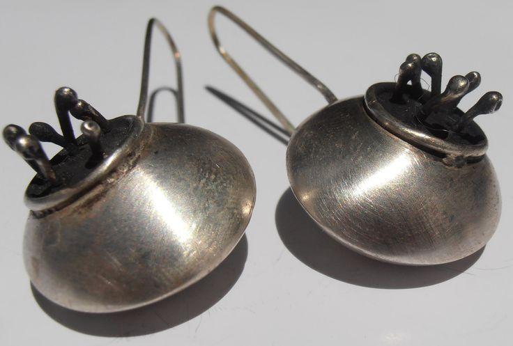 Realizados en plata 925. Son esferas huecas.