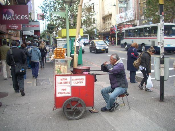 La Avenida 18 de Julio es la calle principal de Montevideo: desde la esquina de Martín C. Martinez hasta la Plaza de Cagancha hay 2 kilometros, 18 cuadras y casi todo un país.