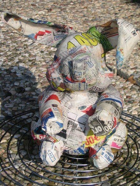 Fournitures pour le lapin : Vieux journaux Papier kraft Pistolet à colle, kraft gommé ou ruban adésif Colle à papier-peint Peinture acrylique ou gouache Vernis en bombe ou vitrificateur de parquet à l'eau (aquaréthane) Temps de travail : Environ 1 heure...