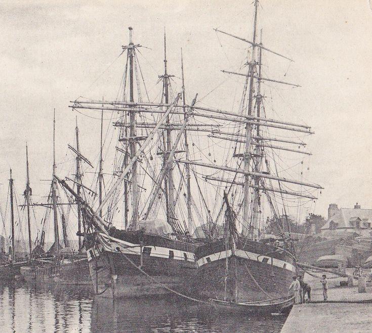Le bassin de St Servan vers 1900, deux navires terre-neuviers de type ancien avec leur peinture à batterie noir et blanc, l'un est gréé en trois mât l'autre en brick, les navires de Saint-Malo, Saint Brieuc, Paimpol du french shore avaient cette allure