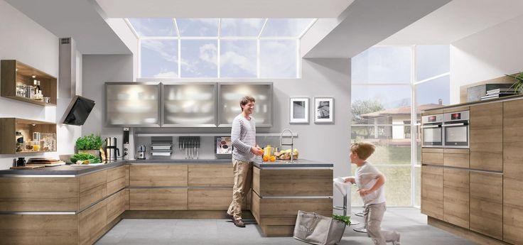 Кухня Nobilia Riva 894 гармонично впишется в просторные помещения, объединяющие в себе рабочую и жилую зоны. Фасады произведены из меламина с фактурой дуба Онтарио. Столешницы изготовлены с имитацией Geronimo. Безручечная система открывания LINE N. Данная модель имеет П-образную форму. Открытые ниши придают помещению более «жилой» вид. Навесные шкафы облегчены за счет застекленных фасадов и встроенных элементов освещения. В зоне кухонного фартука находится рейлинговая система хранения.