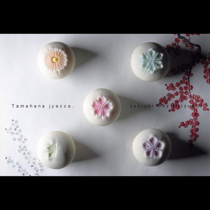 """一日一菓 「玉華寂菓 五種盛」 #煉切 製 #wagashi of the day """"tamahana jacca"""" 本日は「玉華寂菓 五種盛」です。 北海道での実演で作った作品です。 久しぶりに作りましたが、やはりベースの球体のようなシンプルなモノこそ難しいです。 Today is the """"Tamahana jacca"""". It is a work made with demonstration in Hokkaido. Although I made for the first time in a long time, it is still what difficult simple things, such as the base of the sphere. Oggi è il """"Tamahana Jacca"""". Si tratta di un lavoro fatto con manifestazione a Hokkaido. Anche se ho fatto per la prima volta da molto tempo, è ancora qu..."""