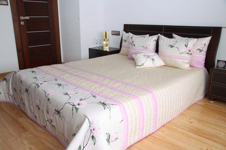 Prehoz cez manželskú posteľ béžovo ružovej farby s kvetmi