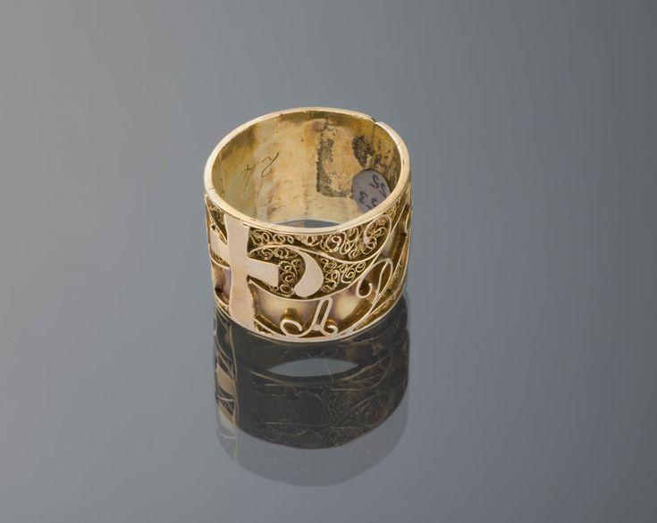 Gouden trouwring, met de initialen J.v.d.D. en A.D.R. en de datum 24 mei 1871. Volgens een aantekening in de museumregistratie werd dit soort ringen tot het eind van de 19de eeuw gedragen als trouwring en onder de huwelijksmis aan de linkerhand geschoven. Toen de ring als trouwring uit de mode raakte werd hij nog wel in het kraambed gedragen, als teken dat de boreling een echtelijk kind was. #Zeeland #ZuidBeveland #katholiek