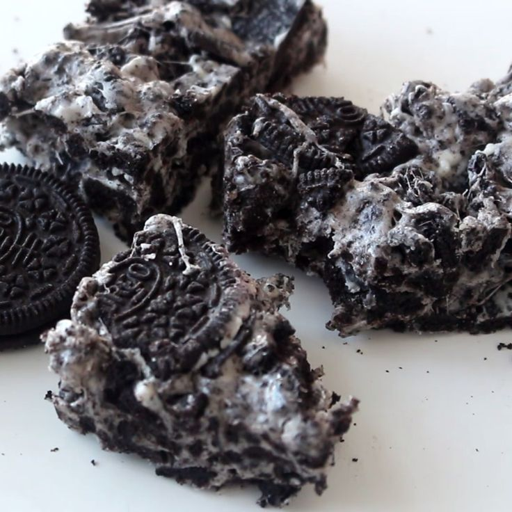 Forget rice puffs, these are made with Oreos!! The perfect party or game day dessert everyone will gobble down!