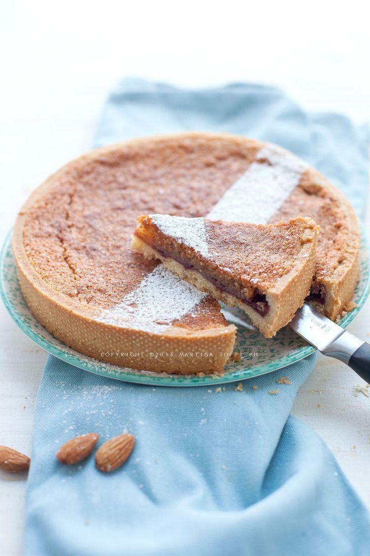 La crostata frangipane è un dolce dalla consistenza scioglievole composta da un guscio di frolla una crema a base di burro e mandorle.