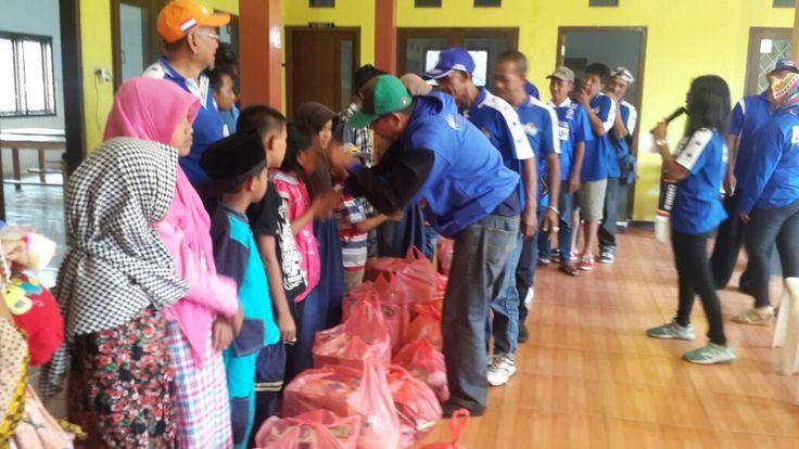Aremania Berikan Bantuan ke Korban Puting Beliung Singosari https://i1.wp.com/malangtoday.net/wp-content/uploads/2017/04/WhatsApp-Image-2017-04-02-at-7.38.59-PM.jpeg?fit=1032%2C581&ssl=1 MALANGTODAY.NET – Aremania memberikan santunan bantuan kepada korban bencana alam puting beliung Langlang. Acara yang bertajuk Aremania K3D (Kabeh Konco Kabeh Dolor) tersebut memberikan total bantuan senilai Rp 3.450.000. Bantuan yang berupa kebutuhan sehari-hari seperti sembako, sabun mand