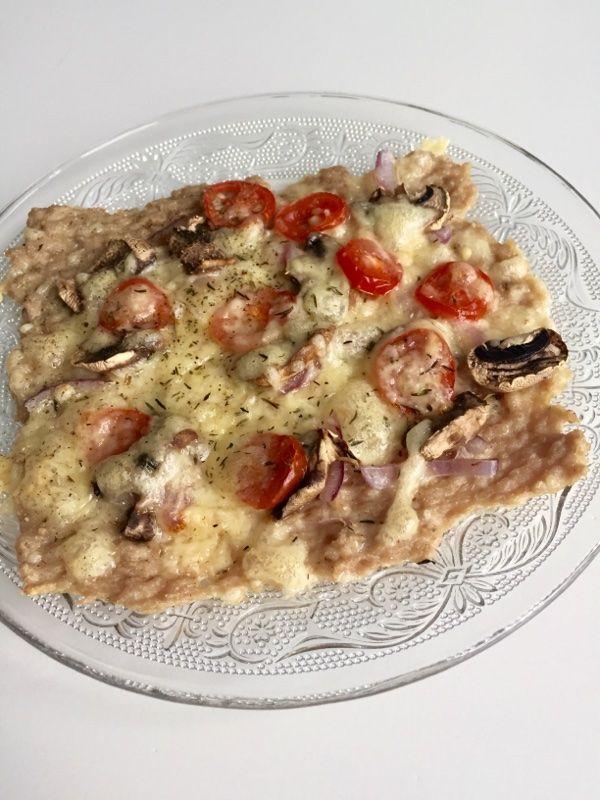 Du behöver: 1 paket kycklingfärs på 500 g. Valfria ingredienser att toppa pizzan med.   Gör såhär: Sätt på ugnen på 200 grader.  Lägg färssmeten i en bytta och krydda med valfria kryddor och blanda runt allt (jag använde oregano, örtsalt och lite vitpeppar). Ta fram en bakplåt och lägg på ett bakplåtspapper.  Klicka ut färssmeten i 4 lika stora delar. Smeta ut smeten med hjälp av en gaffel så de blir tunna. Runda eller fyrkantiga bitar, upp till dig.  Ställ in i mitten av ugnen i 10 minuter…