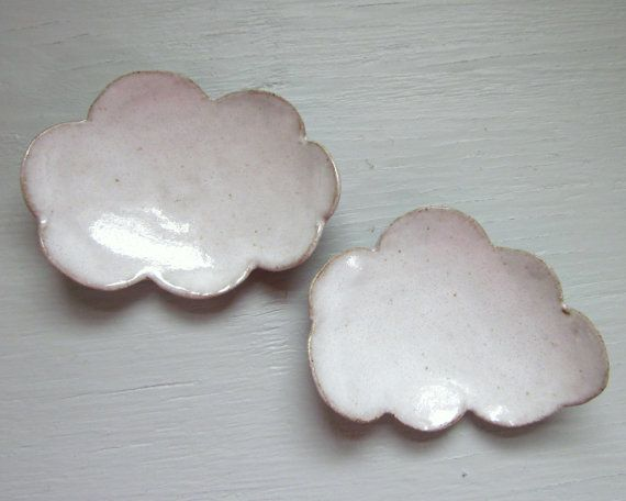 Cet amusant petit repose-cuillère est en forme sous la forme d'un nuage blanc moelleux.  J'utilise le mien sur mon bureau comme un endroit pour mettre mon sachet de thé quand je suis fini. Il fait également un doux petit endroit pour se reposer votre cuillère après brasser votre café. Il pourrait également être utilisé dans la présentation de sushi.  Ce petit nuage est construit d'une dalle de grès et émaillée avec un glaçage blanc grisâtre lisse à la main.   longueur - 4 pouces  aliments…