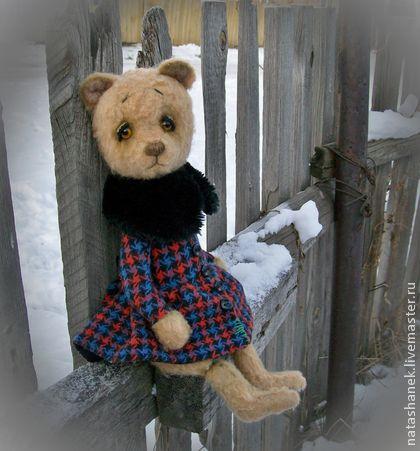 Юлька. Мишка тедди винтажный.. А у меня продолжается тема пальто в клеточку...  И Юлька не оказалась исключением.  А как иначе, если вокруг сугробы сибирские!    У Юльки пальто в клеточку. Советское, со знаком качества!  Застёгнуто на все пуговки.