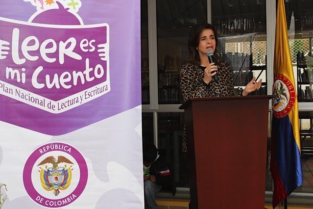Viceministra de Cultura, María Claudia López saludando la nueva biblioteca /Crédito @Milton Ramírez (@FOTOMILTON) Mincultura 2012