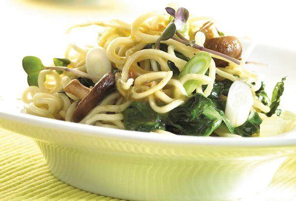 Gewokte groenten en noedels met groentebouillon recept | Solo Open Kitchen