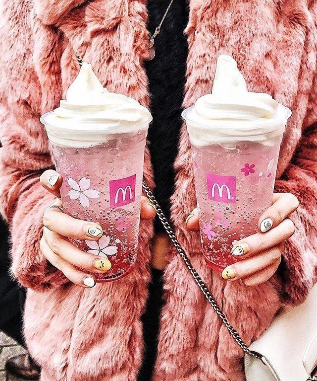 Memasuki bulan semi ini restoran siap saji McDonald baru saja merilis minuman bertema Cherry Blossom. Minuman musiman yang hanya hadir secara eksklusif di Jepang ini merupakan simbol dari bentuk perayaan masyarakat Nippon akan keindahan musim semi. Sarat akan gradiasi antara warna pink gelap dengan pink muda bubbles serta sentuhan es krim vanilla di bagian atas minuman ini diadaptasi dari estetika bunga Sakura. Menu yang paling ditunggu-tunggu McFloat Sakuranbo terbuat dari Satonishiki (jus…