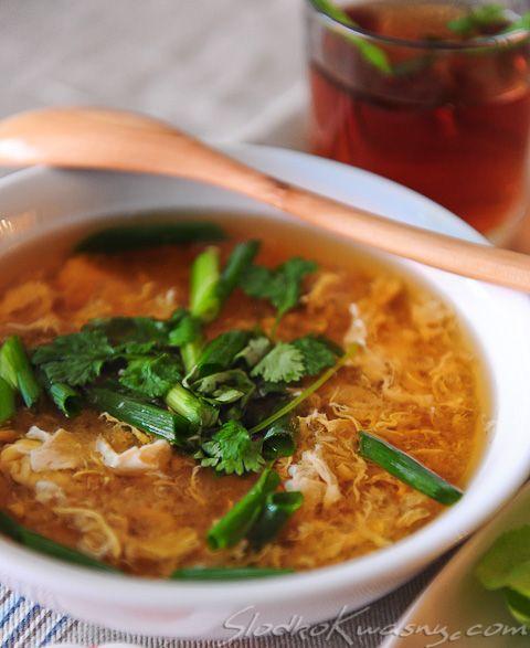 Idealna zupa do lekkiego japońskiego obiadu, można ją podać zamiast typowej zupy miso do sushi lub do innych japońskich potraw. Jest bardzo prosta w przygotowaniu, my ją przygotowaliśmy razem z szybkim smażonym kurczakiem zawijanym w liście. I obiad gotowy. składniki…