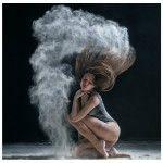 Alexander Yakovlev est un photographe russe qui utilise des danseurs de ballet et de break dance�comme mod�les. Il m�lange couleur, noir et blanc ainsi que poses fig�es et mouvements pour obtenir un style de composition particulier. Il a �galement�utilis� des �l�ments dynamiques comme de la farine lors�de ses shooting afin ...