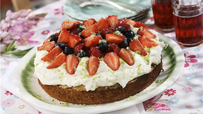 MatPrat - Sommerlig nøttekake med bær