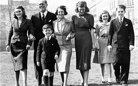 1938. Londres. The Kennedy family photographed at their home at Princes Gate. L-R: Kathleen, Edward, Mr Joseph Kennedy, Mrs Kennedy, Patricia, Jean and Robert Kennedy