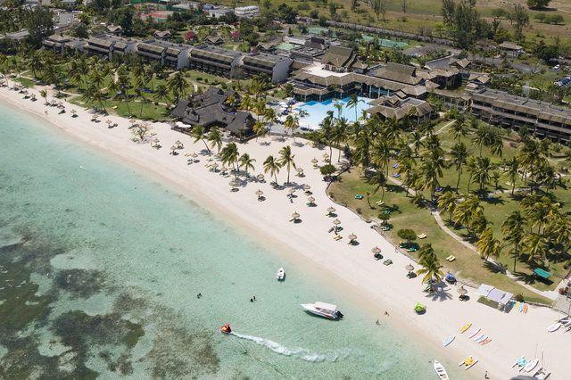 Dieser Traumstrand an der Westküste Mauritius' erwartet Dich im Sofitel Mauritius L'Imperial Resort & Spa, das direkt am kilometerlangen Strand liegt. Außerdem hat das Hotel der Luxushklasse eine schöne Poollandschaft mit Blick aufs Meer zu bieten.