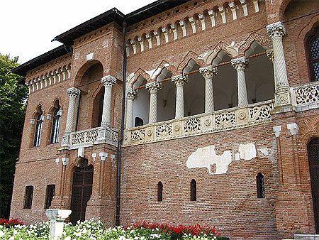 A 14 km au nord-ouest de Bucarest, le palais de Mogoșoaia a été édifié au bord d'un lac en 1702 par le gouverneur de Valachie Constantin Brâncoveanu. Le palais de Mogoșoaia abrite un musée qui présente une collection d'œuvres d'art, ainsi que quelques objets d'origine