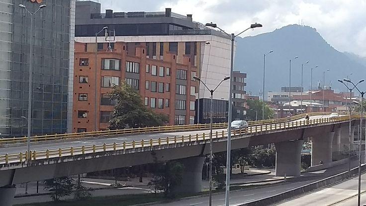 Tráfico vehicular sobre uno de los puentes de la Autopista norte, el 31 de diciembre de 2017 en Bogotá.