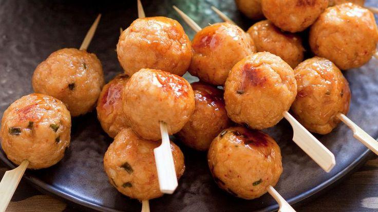 Brochettes de boulettes de poulet nipponnes.
