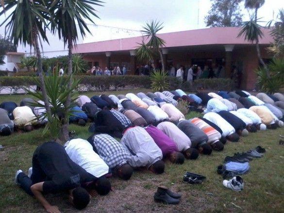 Moroccan High School Students Perform Asr Prayer http://islamicartdb.com/moroccan-high-school-students-perform-asr-prayer/