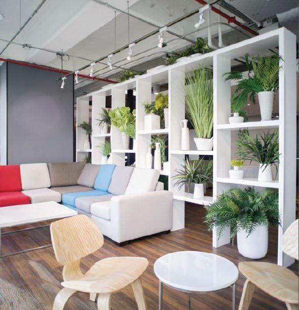 -incorpora materiales que surgen de la tierra, como son la piedra blanca, la madera, el ladrillo rústico y la vegetación-