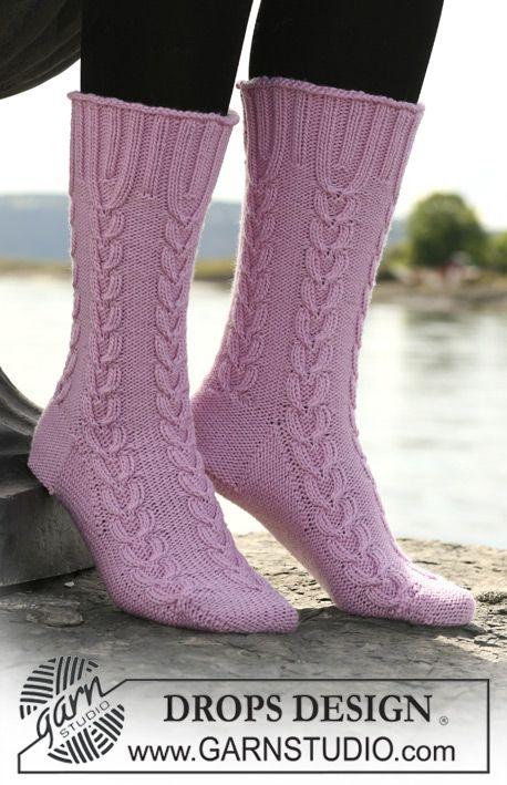 "DROPS Socken mit Zopfmuster in ""Merino"" oder ""Karisma""."