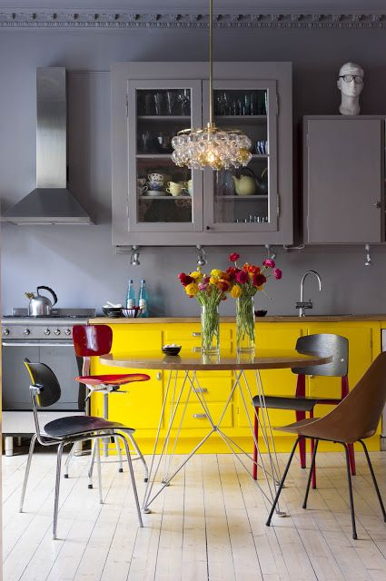 I Would Like Either A Lighter Yellow Or Lighter Gray Unexpected And Happy Splash Of Yellow Color In This Soft Gray Kitchen Keuken Kastjes In Zelfde