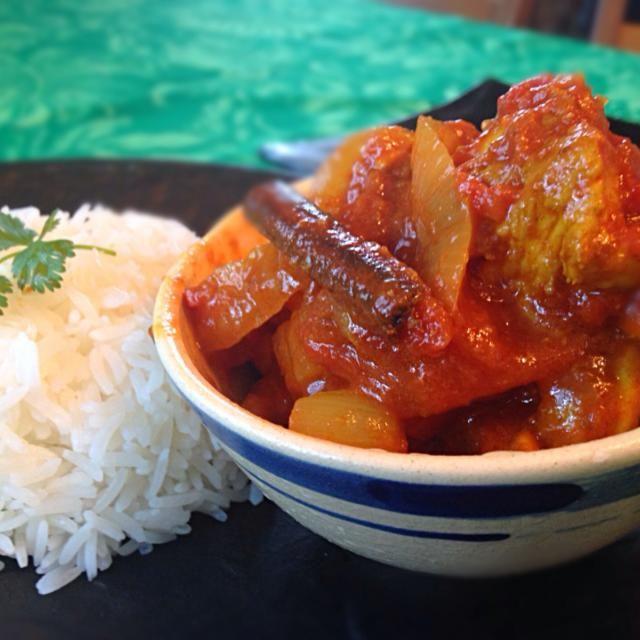 赤玉ねぎを使うレッドカレー。トマトも沢山使います。ターメリックでチキンを炒め、チリ、トマト、赤玉ねぎソースで煮込みます。  大好きなマレーシア料理の一つです。  今日は我が家はカレーパーティーです。 - 92件のもぐもぐ - Ayam Masak Merah (Malay-Style Red Chicken Curry) マレーシアン レッド チキンカレー by yurikos16