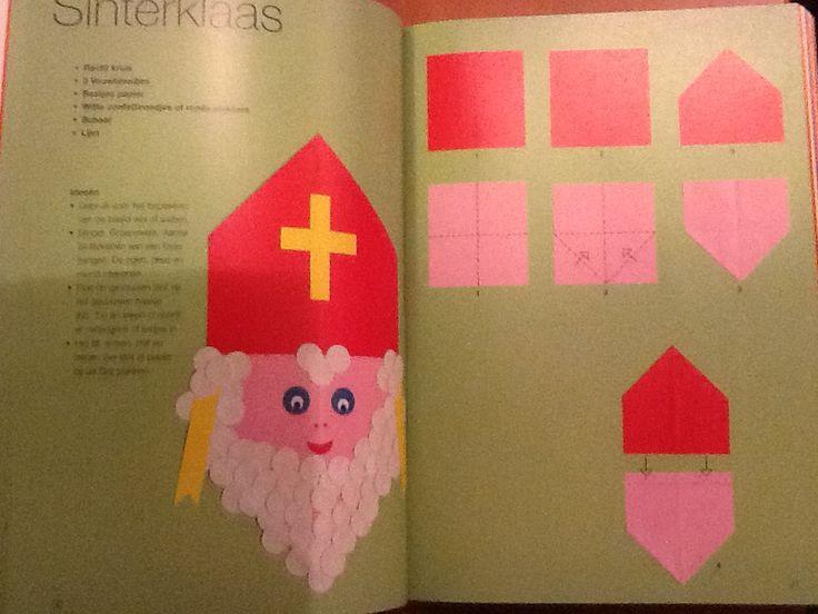 Hoofd van Sint vouwen (Thea van Mierlo). Vouw nog twee rode huisje en plak die onder het hoofd van de Sint. Hij heeft dan ook gelijk een rode tabberd .