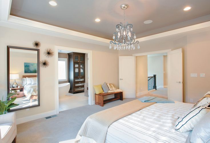 Grande #chambre de style #transitionnel avec #chandelier. / Great #transitional #bedroom with #chandelier.