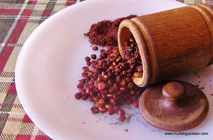 SUMAK... is een fruitig en zurig besje met een diep rode kleur. In combinatie met andere kruiden brengt sumak diepgang. Het geeft een frisse en scherpe citroenachtige smaak aan gerechten. Je kunt sumak een half uur laten weken in water en het rode, zure sumakwater dan toevoegen aan marinades en dressings, maar je kunt het ook verwerken in (lams)gehakt.