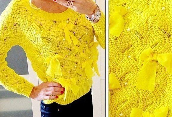Желтый пуловер с бантиками