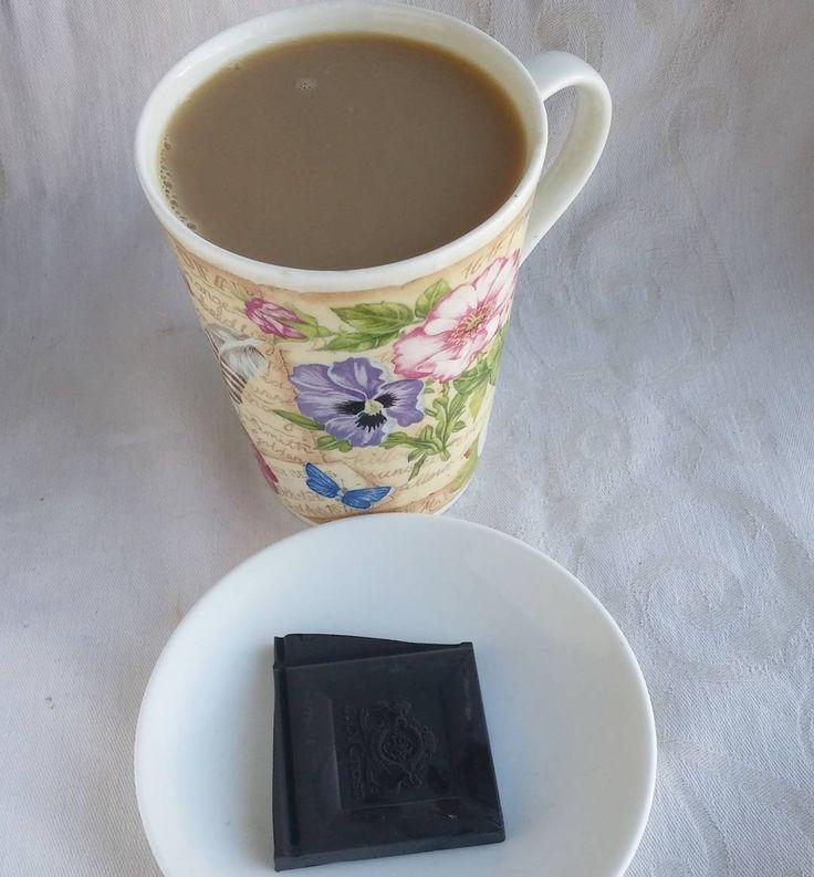 Lääkettä. 85% tummaa suklaata ja kahvia joka päivä. #suklaa #tummasuklaa #kahvia #päiväkahvit #ruokablogi #ruoka#kotiruoka #herkkusuu #lautasella #kahvi #Herkkusuunlautasella#ruokasuomi