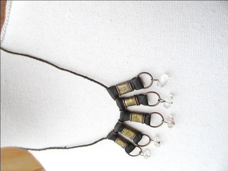 Chemins d 'Afrique : un collier Peul avec perle en cuir et cristal de quartz ... par annemarietollet sur Etsy https://www.etsy.com/be-fr/listing/493484731/chemins-d-afrique-un-collier-peul-avec