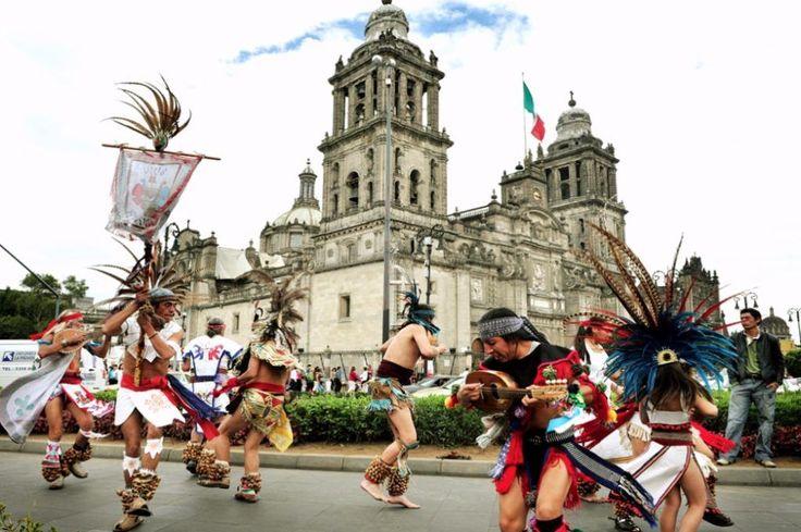 Танцующие мексиканцы на площади Сокало.Мехико (Мексика, Ciudad de México)
