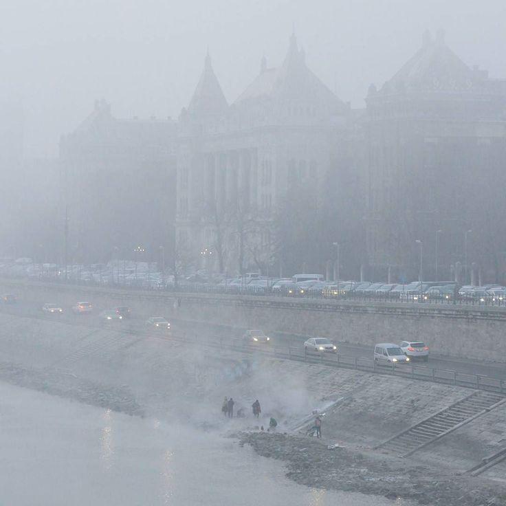 Jakuzzi @ Szent Gellért tér. #buék #hny2018 #budapest #latergram #hungary #instahun #mik #canon #momentsinbudapest #wlb #bartokbelaboulvard #dslr #nofilter #photoofday #jakuzzi #mist #fog #danube #duna