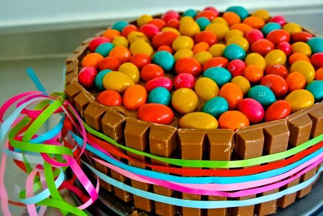 Gewoon omdat deze er zo vrolijk uitziet!!!!---http://www.simkookt.nl/kitkat-taart-uit-30-jaar-allerhande/