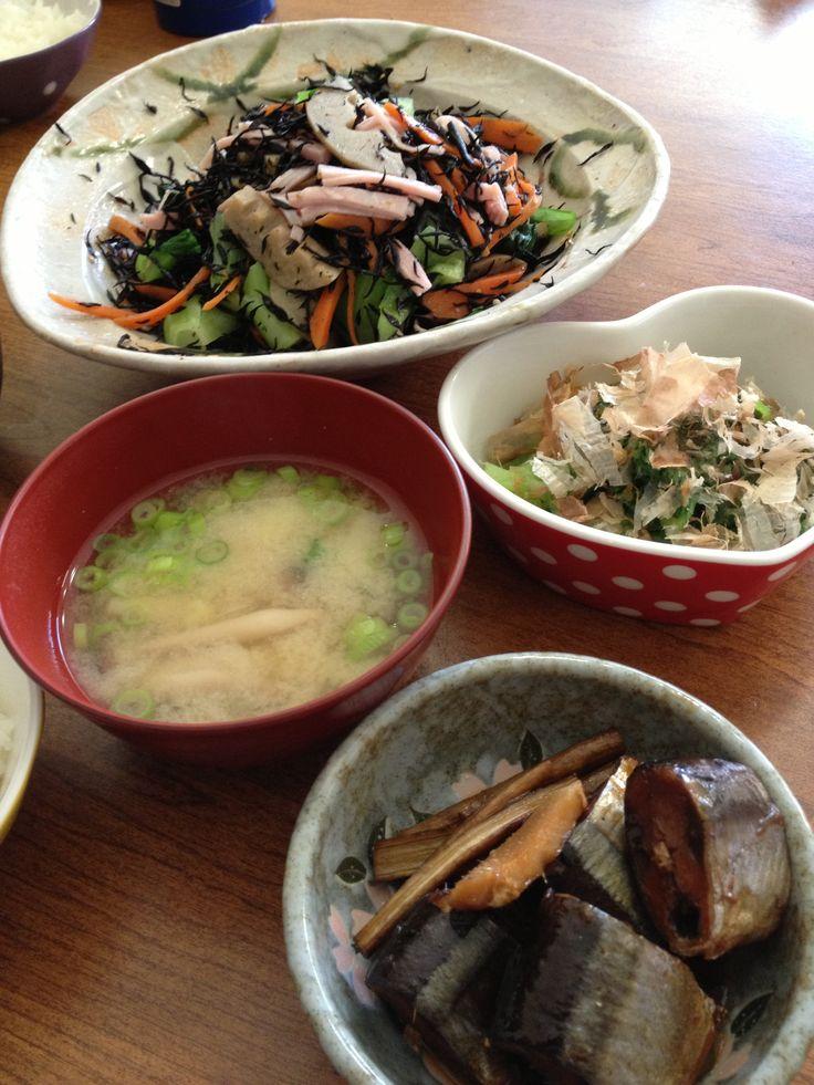 骨まで柔らかいさんま生姜煮牛蒡添え、蓮根と人参入りひじきサラダ、青梗菜おひたし、じゃがいもとしめじとねぎの味噌汁