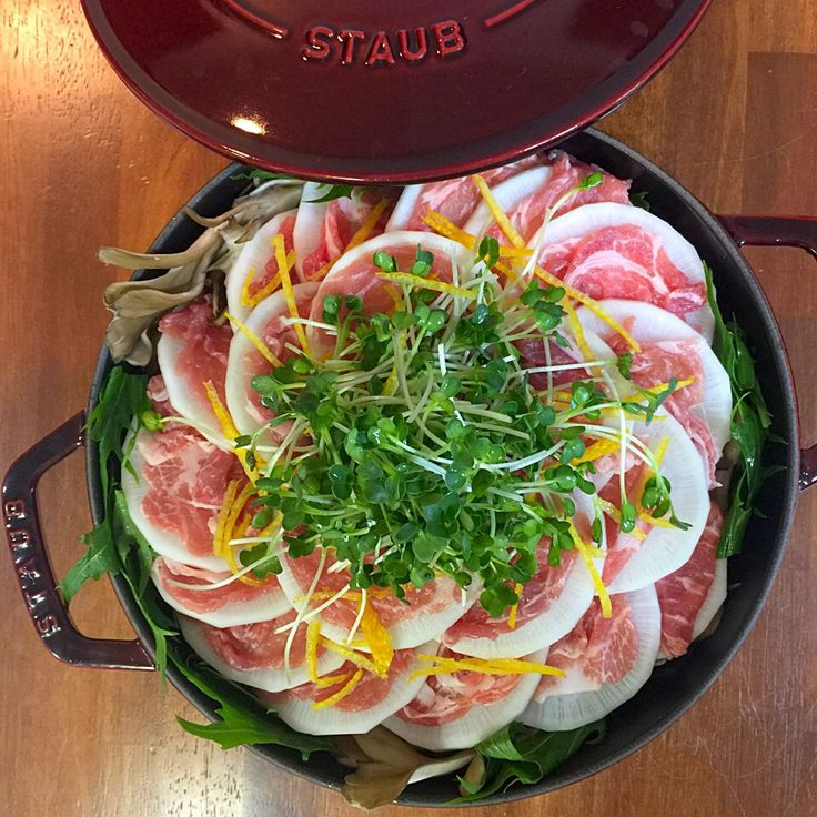 お手軽でほっこり、みんなでにっこり♪お鍋の季節! そこで、お鍋野菜の大量消費にも大活躍なミルフィーユ鍋。 ミルフィーユ鍋というと、白菜のイメージですが・・・今年は大根を使ったミルフィーユ鍋が大流行中です♪ 実は白菜よりも楽しく綺麗に出来ちゃう?! 実際に社食で作ってみた動画と皆様からのSnapDish投稿写真と共に、その人気の秘密をご紹介致します♪
