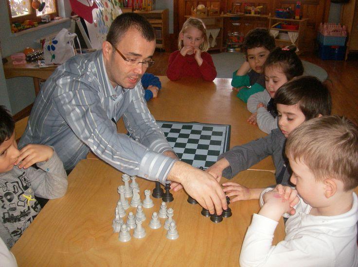 Deniz'in arkadaşlarıyla satranç. . .