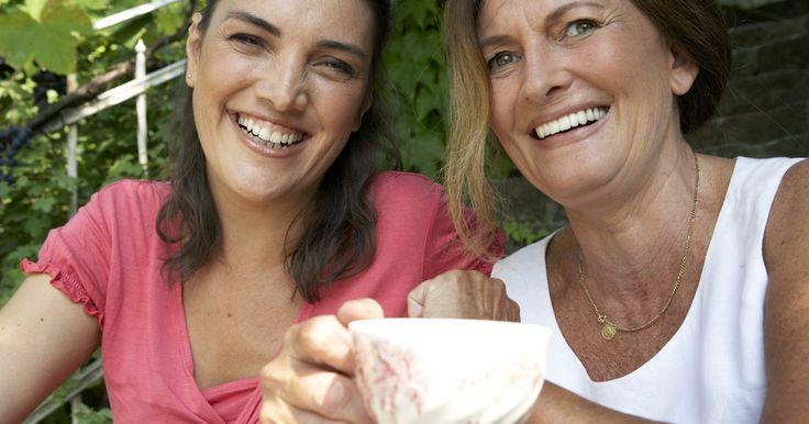 Juegos para fiestas de té para damas. Las fiestas de té para damas son una forma clásica de que las mujeres disfruten de compañía mientras beben té y comen un bocadillo ligero. Ya sea que estés sirviendo un té informal en el jardín, un té tradicional o un té básico en un centro comunitario o una iglesia, agregar juegos es una manera segura de que los invitados se entretengan.