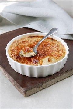 Crème brûlée INGRÉDIENTS 1 gousse de vanille 4 jaunes d'œufs 130 g de sucre en poudre 20 cl de lait 25 cl de crème fraîche 1 cuill. à soupe de liqueur à l'orange PRÉPARATION Fendez la gousse de vanille en deux et récupérez les graines. Préchauffez le four à 150 °C (therm. 5). Fouettez les jaunes d'œufs et 100 g de sucre dans un saladier. Ajoutez les graines de vanille et le lait. Fouettez encore pour homogénéiser, puis incorporez en battant la crème fraîche et la liqueur. Répartissez la…