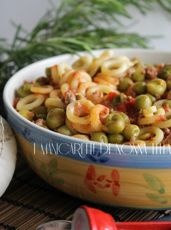 Anelli siciliani con piselli. I manicaretti di nonna Lella. http://blog.giallozafferano.it/graziagiannuzzi/anelli-siciliani-piselli/