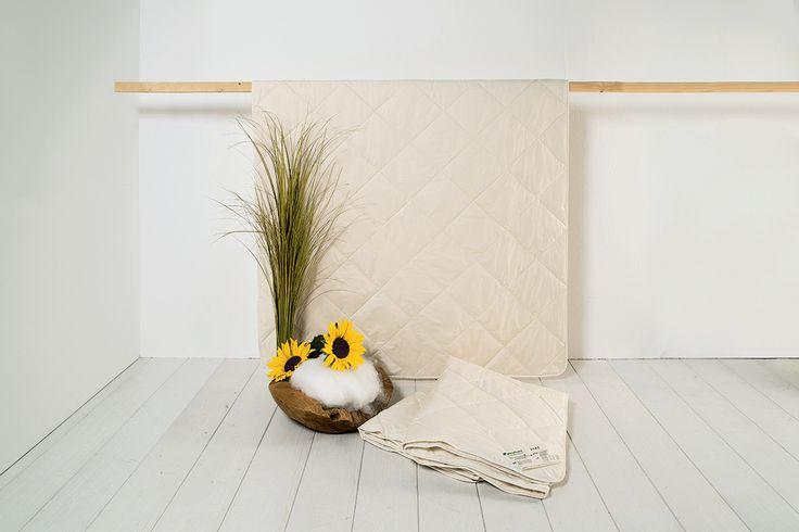 """Zwei Bettdecken mit unterschiedlichen Füllgewichten machen die Lyocell-Leicht-Kombi-Bettdecke """"Lyovita"""" zum treuen Begleiter für alle Jahreszeiten. Eine ultraleichte und eine leichte Bettdecke aus 100% Lyocell/Tencel begleiten Dich bei jedem Wetter in einen angenehmen Schlaf. Menschen, die stark schwitzen oder eine Bettdecke ohne Tierfasern bevorzugen, liegen mit dieser Kombination genau richtig. Da die Decke waschbar ist, eignet sie sich auch besonders für Allergiker."""