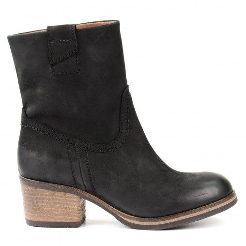 Korte zwarte laarzen van stevig nubuck leer. De laarzen hebben een versimpelde Western look wat ze een stoere boost geeft.  De stevige hak van 5,5cm zorgt voor extra comfort. Door de ritssluiting aan de binnenzijde zijn de laarzen makkelijk aan te trekken