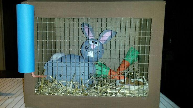 """Sinterklaas surprise konijn in hok. Kop en lijf van papier maché, poten en oren van karton/papier. Staart van watten. In het lijf heb ik pepernoten verstopt. Watten eruit en je konijn """"poept"""" pepernoten!"""